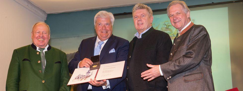 OB Reiter überreicht Edmund Radlinger die Ehrenmedaille, Foto: muenchen.de/Lukas Fleischmann
