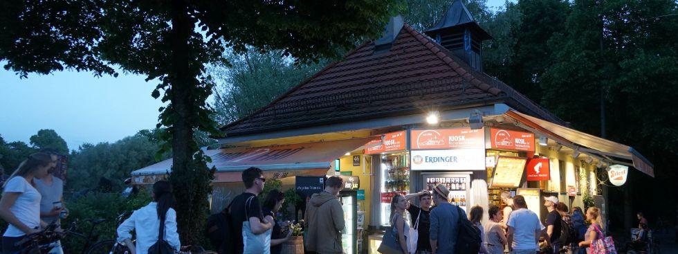 Leute stehen an bei Reichenbach-Kiosk , Foto: muenchen.de/ Vauelle