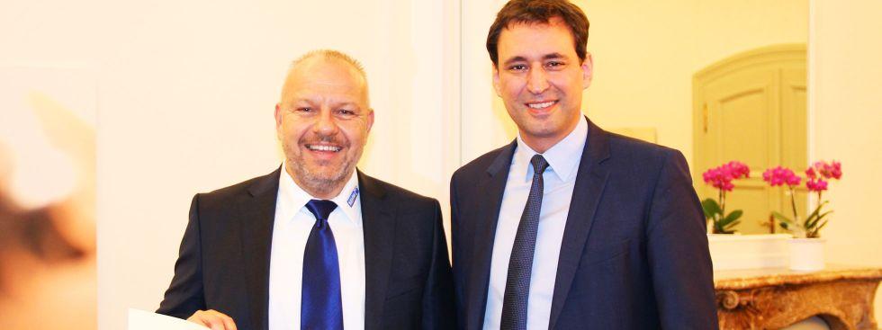 Staatssekretär Georg Eisenreich überreicht Robert Schmitt den Verdienstorden der Bundesrepublik, Foto: StMBW