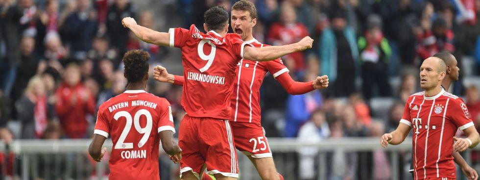 Bayern München - FSV Mainz 05, 4. Spieltag am 16.09.2017 in der Allianz Arena in München. Thomas Müller (r) freut sich mit Torschütze Robert Lewandowski über das 3:0, Foto: dpa