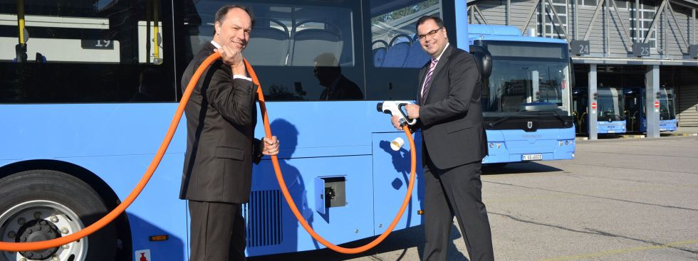 MVG-Buschef Ralf Willrett und MVG-Chef Ingo Wortmann inspizieren die neuen Busse., Foto: SWM/MVG, Wolfgang Wellige