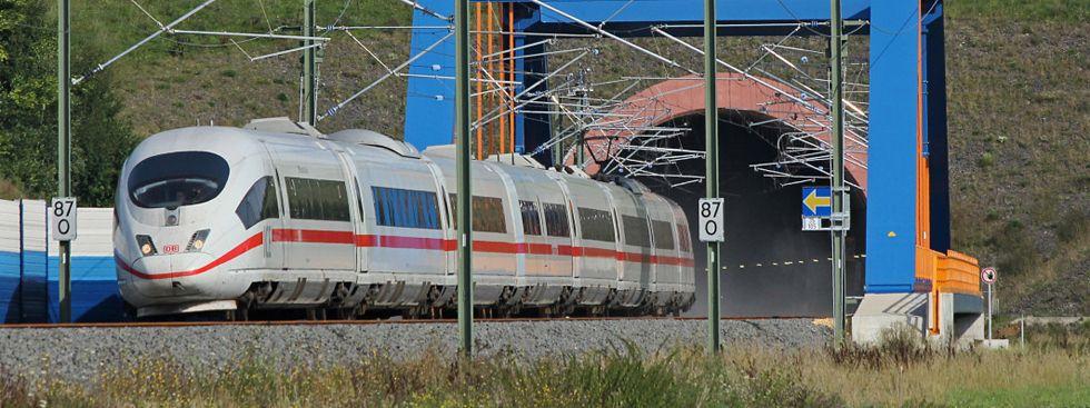 ICE fährt auf ländlicher Strecke, Foto: Deutsche Bahn AG / Claus Weber