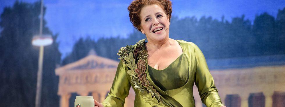 """Die Schauspielerin Luise Kinseher spricht beim traditionellen """"Politiker-Derblecken"""" am Münchner Nockherberg als Bavaria bei der Fastenpredigt, Foto: dpa"""