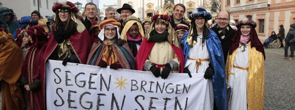 Sternsingerzug mit rund 2.600 Sternsingern zieht durch die Innenstadt von Altötting., Foto: Annette Hauschild / Kindermissionswerk