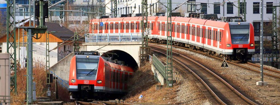 Zwei S-Bahnen treffen sich am Ostbahnhof, Foto: Deutsche Bahn / Uwe Miethe