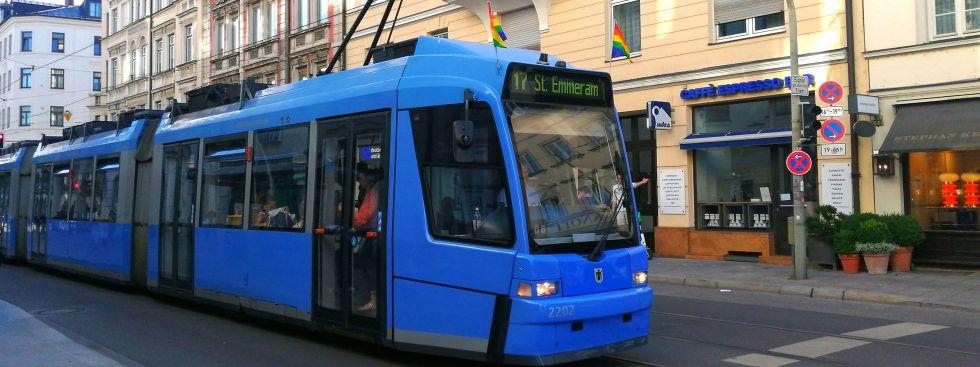 Regenbogenflaggen an einer Tram, Foto: muenchen.de/ Leonie Liebich