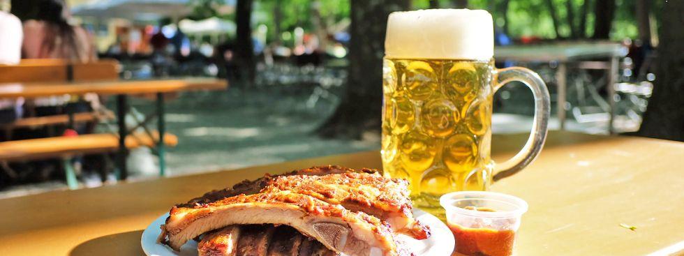 Spareribs und eine Maß im Biergarten, Foto: Anette Göttlicher