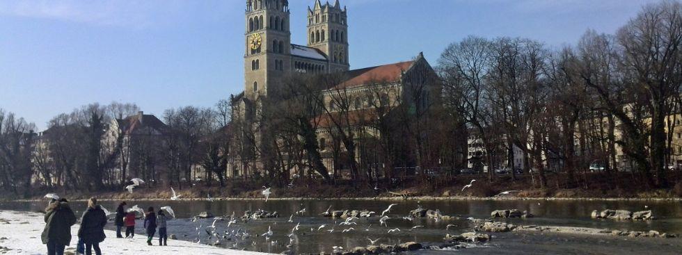 Vögel flattern vor der Kirche St. Maximilian, Foto: muenchen.de/Mark Read