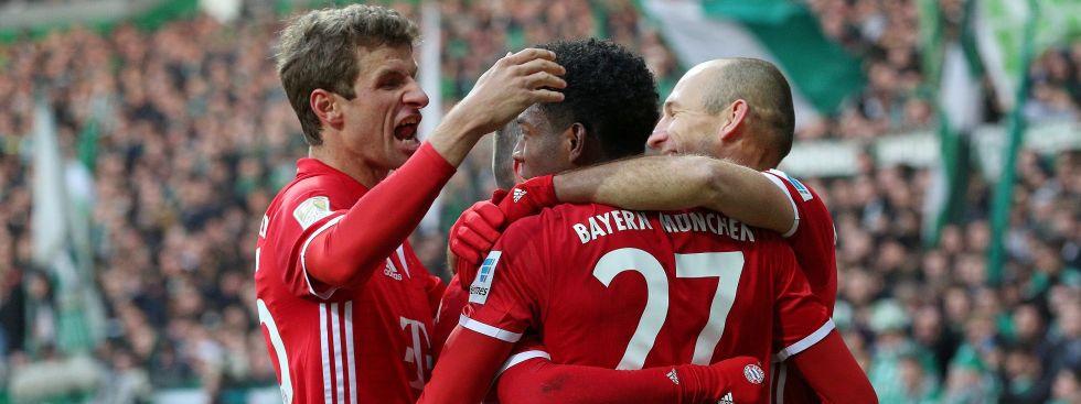 Werder Bremen vs. FC Bayern Muenchen v.li. Thomas Müller jubelt mit David Alaba nach dessen Treffer zum 0:2 und Arjen Robben, Foto: picture alliance
