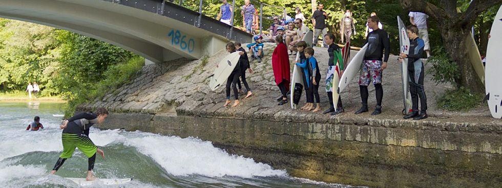 Surfer an der Floßlände, Foto: muenchen.de / Katy Spichal