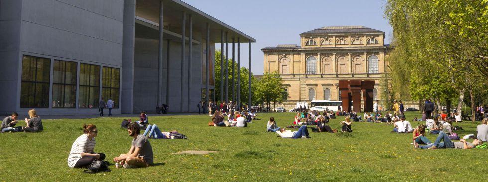 Frühling vor der Pinakothek der Moderne im Museumsviertel, Foto: muenchen.de/Katy Spichal