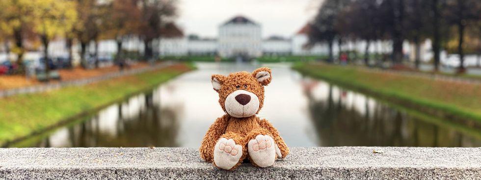 Ein Teddybär auf der Brücke vorm Nymphenburger Schloss, Foto: Anette Göttlicher