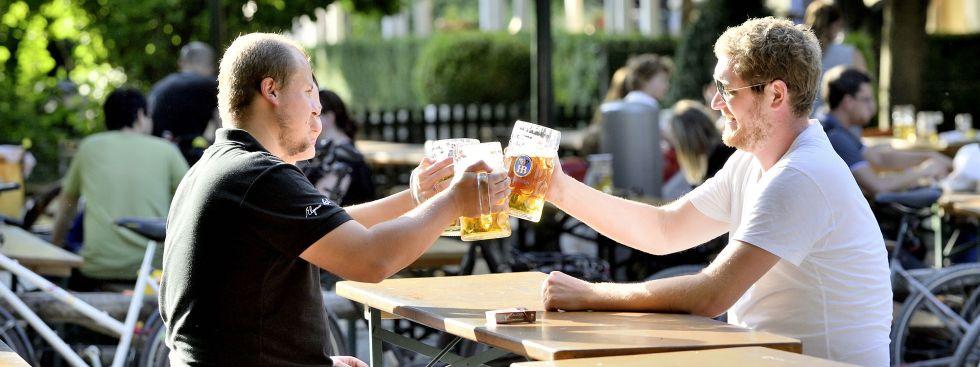 Männer stoßen im Biergarten an, Foto: muenchen.de / Falk Heller