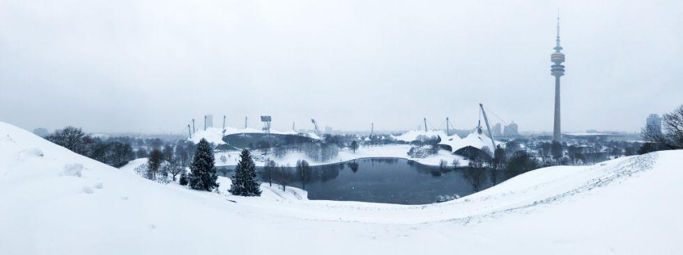 Winterlicher Olympiapark mit Olympiasee und -turm, Foto: Anette Göttlicher