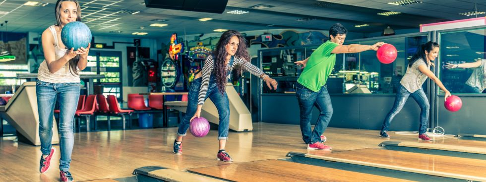 Gruppe junger Leute beim Bowling, Foto: oneinchpunch / Fotolia.com