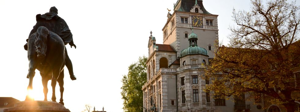 Bayerisches Nationalmuseum mit Reiterdenkmal, Foto: ah_fotobox / Fotolia.com
