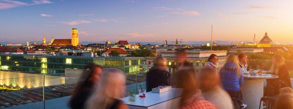 Café Vorhoelzer Forum am Abend, Foto: Simon Lukas / Shutterstock.com