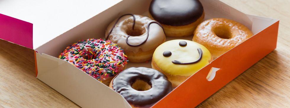 Bunte Donuts in einer Box, Foto: Shutterstock / Nickolastock