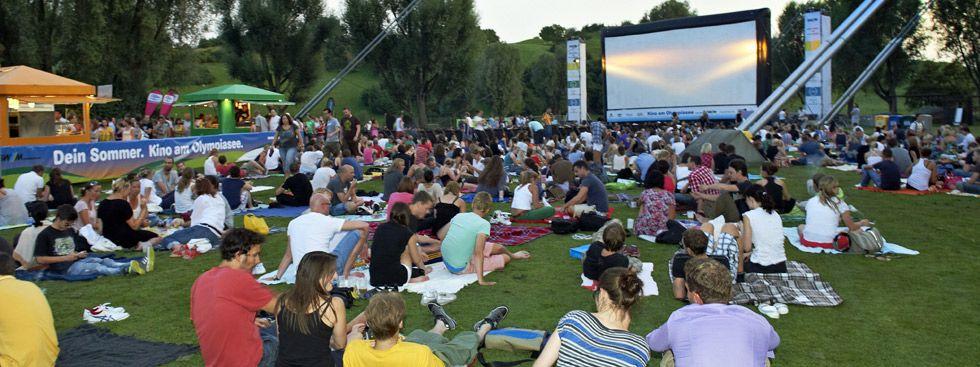 Kino am Olympiasee: Kinozuschauer schauen auf die Leinwand, Foto: Kino am Olympiasee