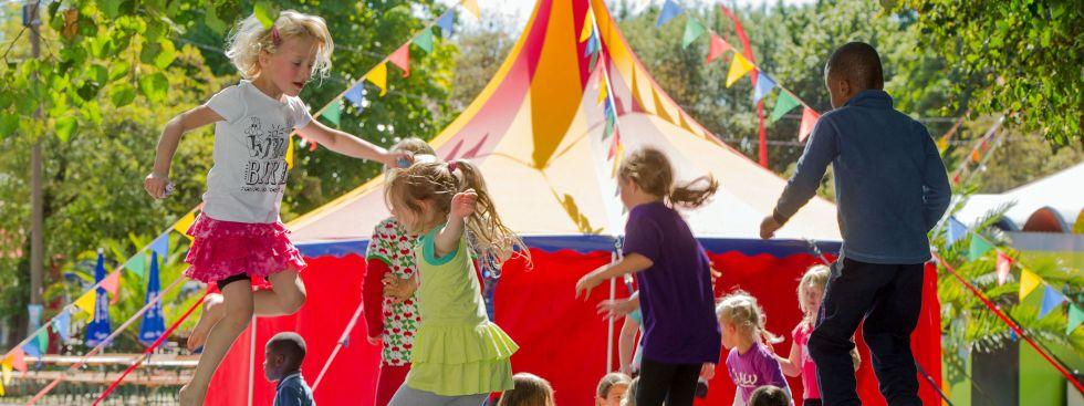 Kinder springen auf Trampolin beim Umsonst & Draußen (Archiv), Foto: Umsonst & Draußen/ Andreas Heddergott
