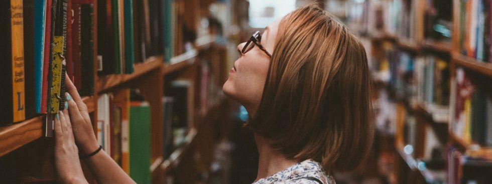Frau im Buchladen, Foto: Clay Banks