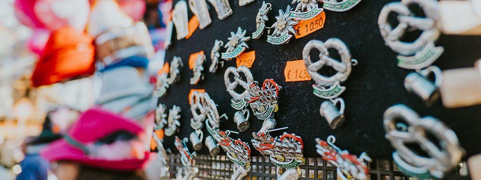 Für Hut oder Weste: hochwertige Pins, Foto: Anette Göttlicher
