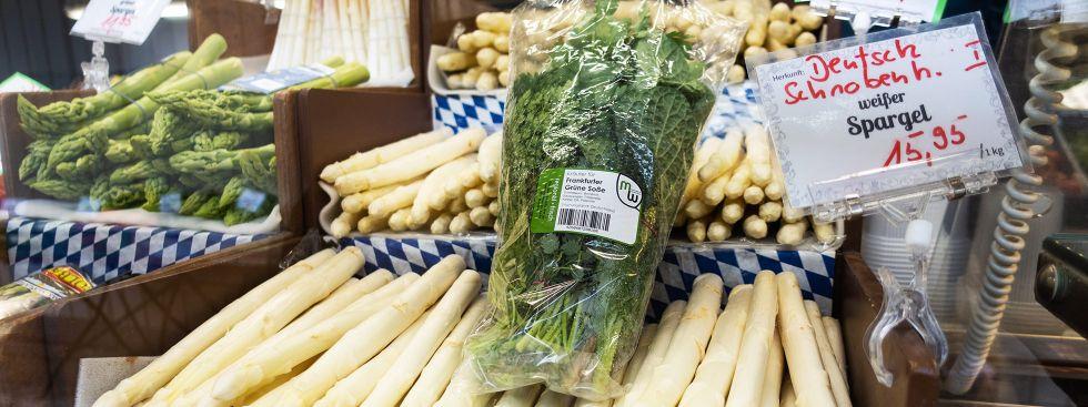 Spargel mit den Kräutern für Grüne Sauce auf dem Elisabethmarkt, Foto: Anette Göttlicher