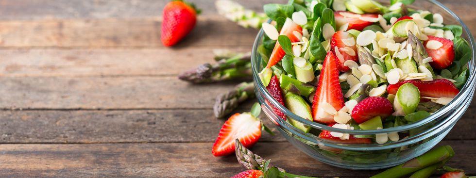 Spargel-Erdbeer-Salat, Foto: iStockphoto.com/philipphoto