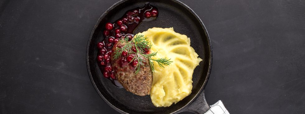 Wildbraten mit Preiselbeersauce und Kartoffelpüree, Foto: istockphoto.com/Ezhukov