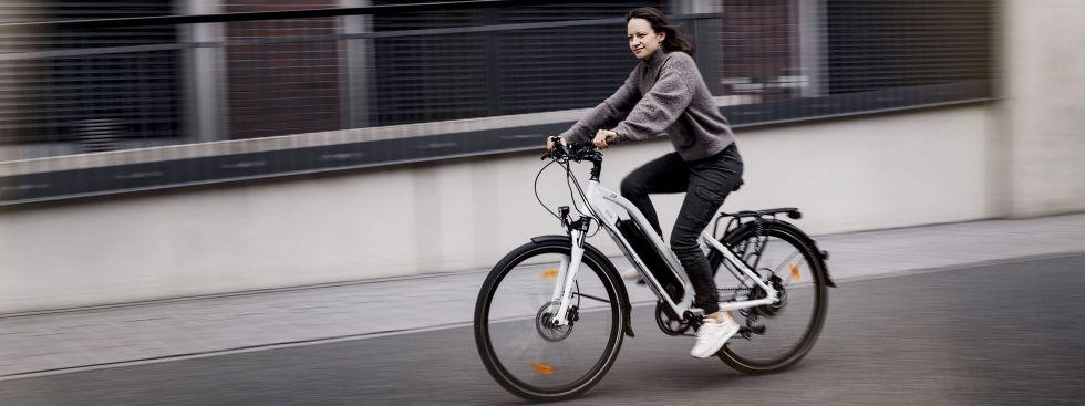 Frau auf einem E-Bike, Foto: Leon Cycle