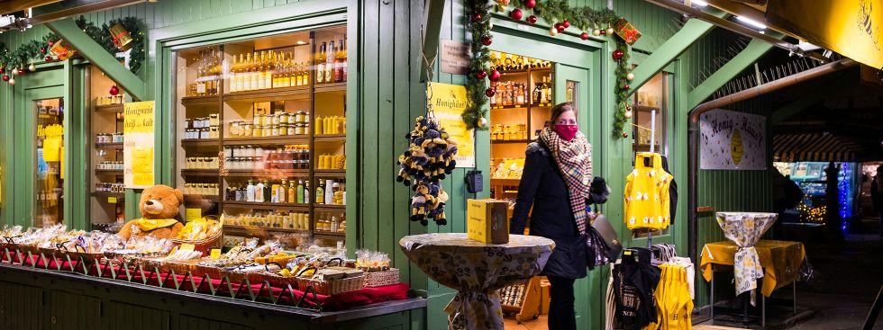 Kommunalreferentin Kristina Frank (CSU) kauft beim Honighäusl auf dem Viktualienmarkt ein, Foto: Anette Göttlicher