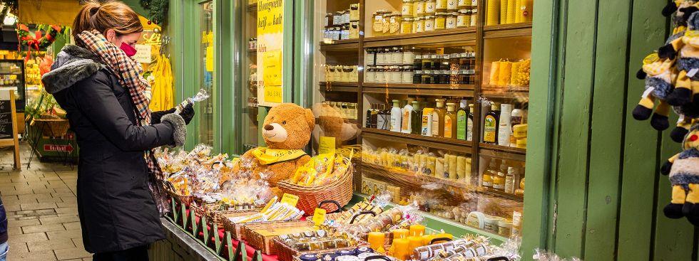 Kristina Frank (Kommunalreferentin) kauft beim Honighäusl ein, Foto: Anette Göttlicher