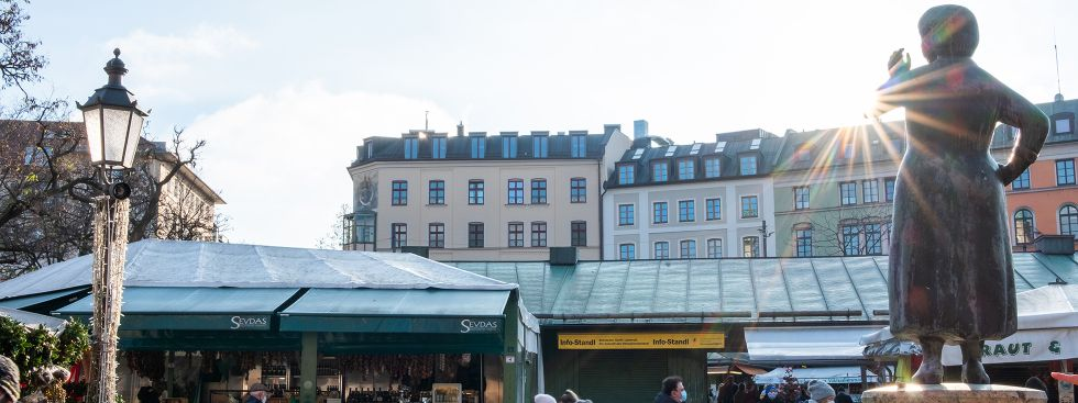 Liesl Karlstadt schaut zum mediterranen Feinkoststand auf dem Viktualienmarkt, Foto: Anette Göttlicher