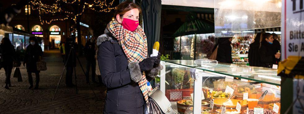 Kommunalreferentin Kristina Frank isst eine Gurke auf dem Viktualienmarkt, Foto: Anette Göttlicher