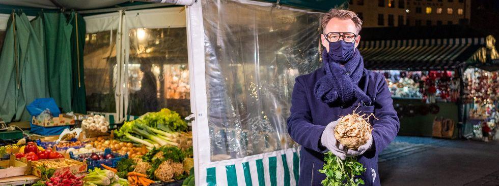 Holger Stromberg beim Einkauf auf dem Viktualienmarkt, Foto: Anette Göttlicher