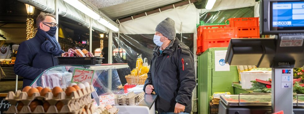Holger Stromberg im Gespräch mit einem Viktualienmarkt-Händler, Foto: Anette Göttlicher
