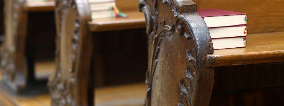Gesangsbücher auf Kirchbänken, Foto: Goran Bogicevic / Shutterstock.com