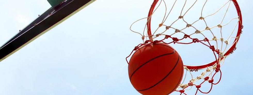 Basketball fliegt durch das Netz, Foto: Taweesak Jarearnsin / Shutterstock.com