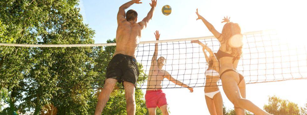 Junge Leute beim Beachvolleyball, Foto: Gergely Zsolnai / Shutterstock.com