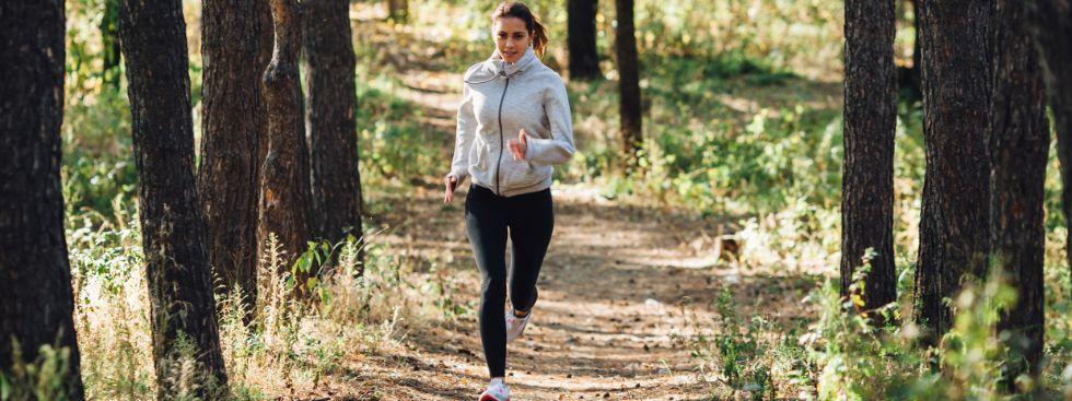Frau joggt durch den Wald, Foto: Pindyurin Vasily / Shutterstock.com
