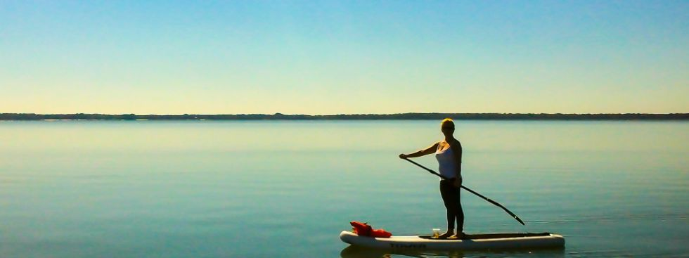 Stand Up Paddling auf einem See, Foto: Douglas Hamilton / Shutterstock.com
