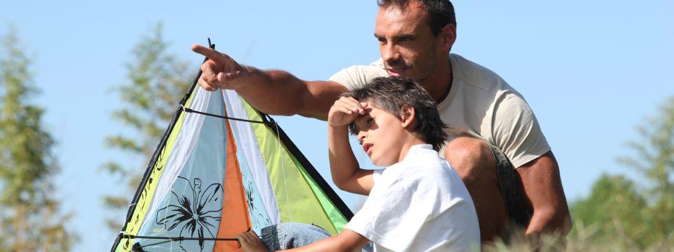 Vater und Sohn lassen Drachen steigen