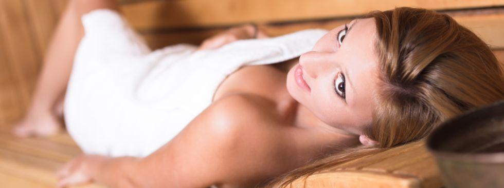 Frau entspannt in der Sauna, Foto: Matej Kastelic / Shutterstock.com