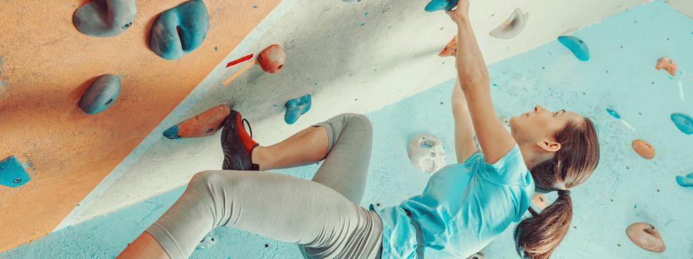 Frau an Kletterwand, Foto: Poprotskiy Alexey / Shutterstock.com
