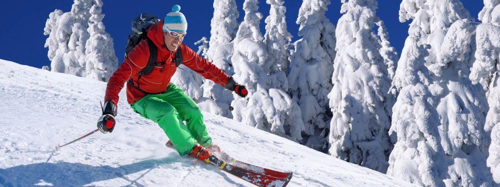 Skifahrer fährt Abfahrt, Foto: Samot / Shutterstock.com