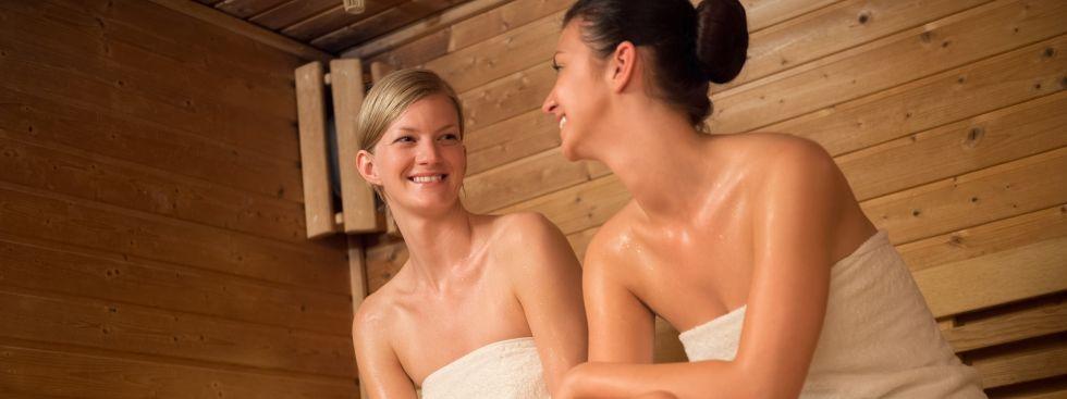 Frauen relaxen in Sauna