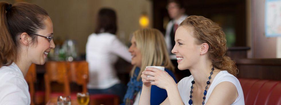 Zwei Freundinnen im Café