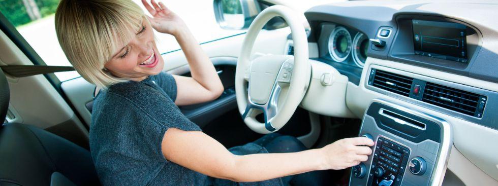 Junge Frau wechselt Radiostation im Auto, Foto: dean bertoncelj/Shutterstock.com