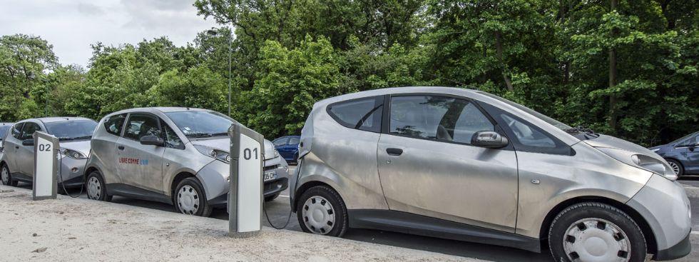 Elektromobile an Ladestation, Foto: Frederic Legrand - COMEO / Shutterstock.com