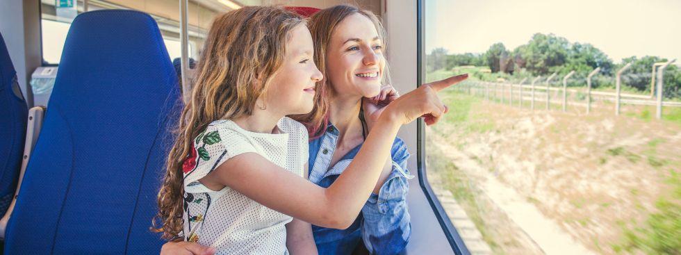 Mutter und Tochter fahren Bahn
